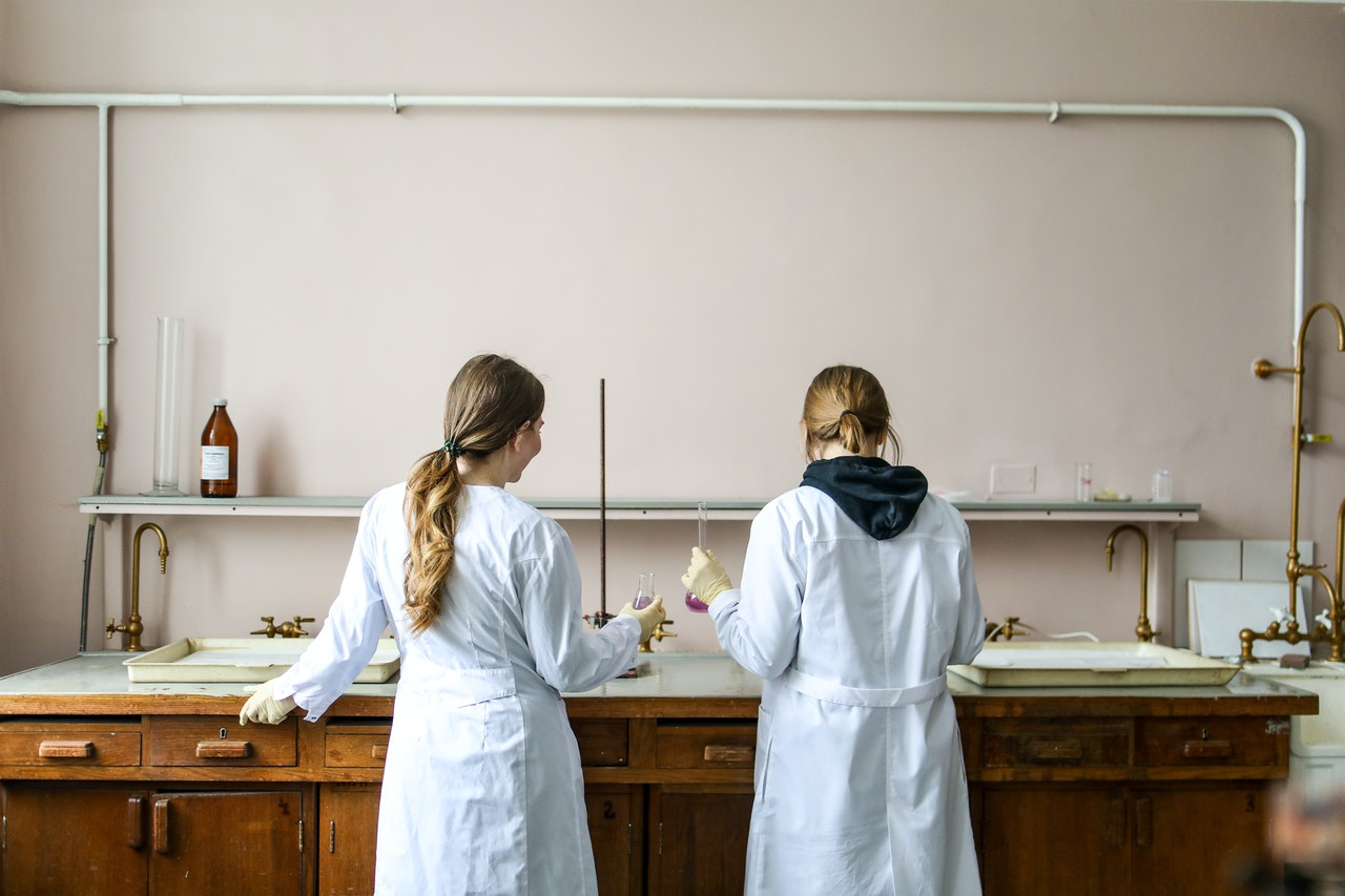 Zwei Frauen in einem Labor