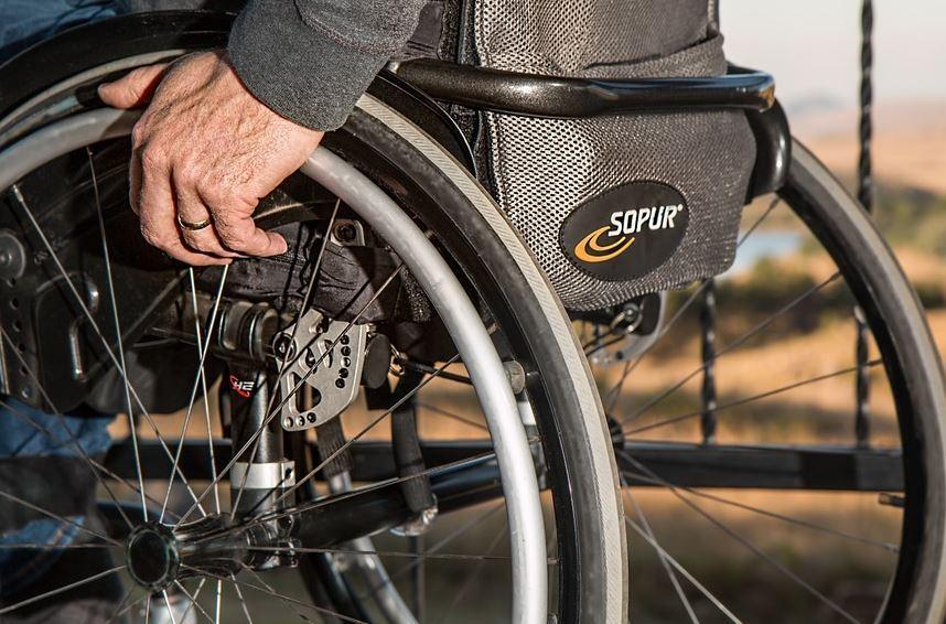 Verschiedene individuelle Rollstühle für unterschiedliche Geschmäcker