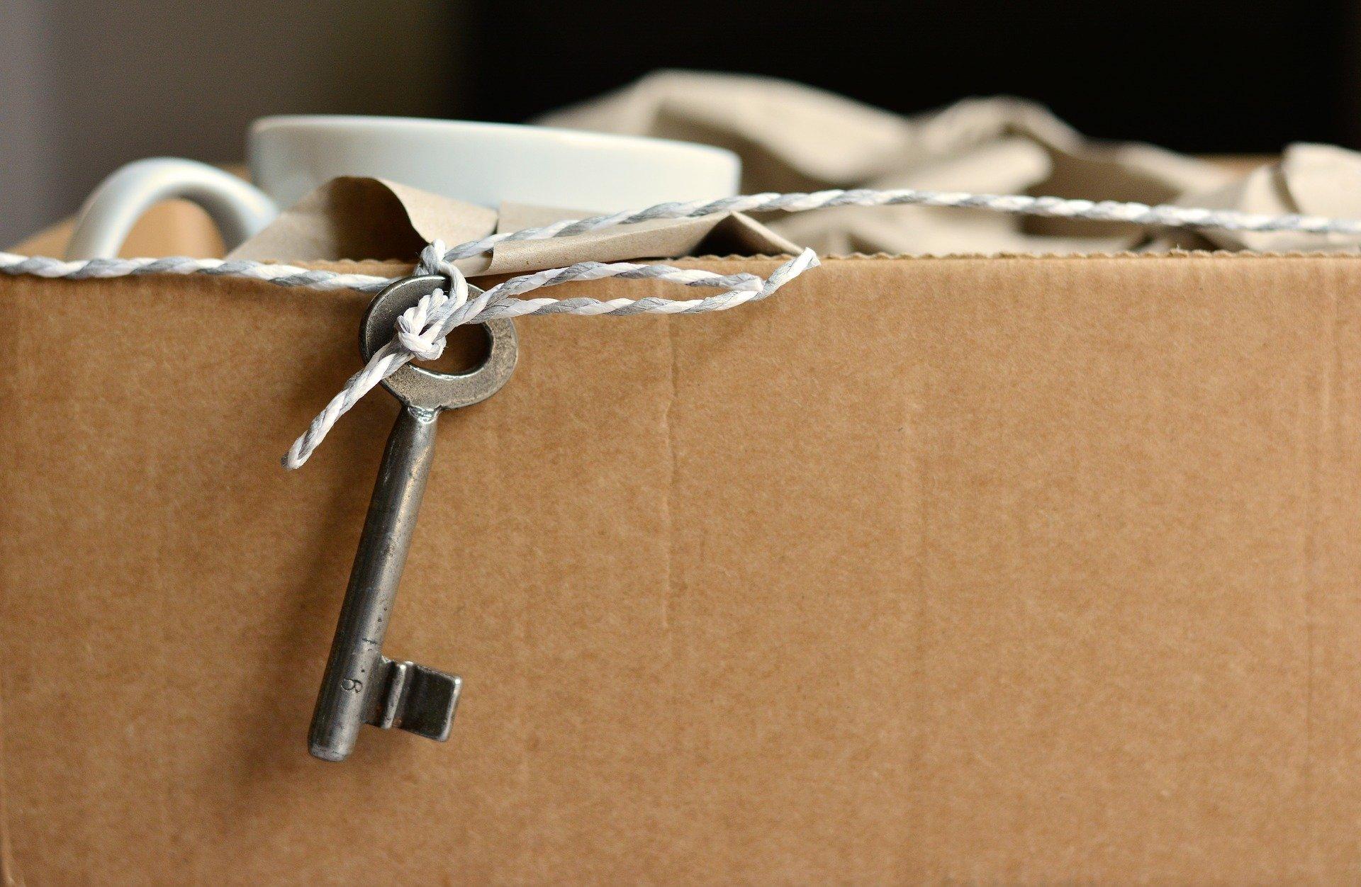 Karton und Schlüssel